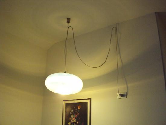 Castelvecchio  Aparthotel : LAMPE AVEC FIL PENDANT DU PLAFOND