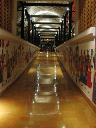 the leela palace udaipur wandbemalung im gang - Wandbemalung