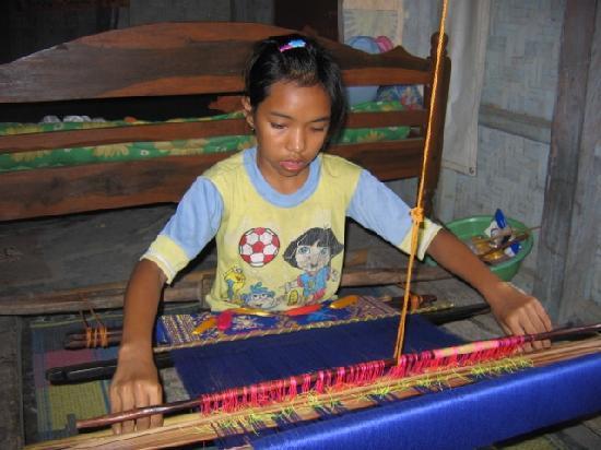 Sukarara Village: Girl weaving songket at Sukarara