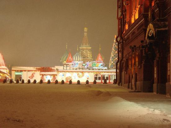 موسكو, روسيا: 赤の広場にできた特設スケートリンクとクリスマスツリー