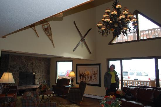 The Inn at Steamboat: The really comfy lobby area with free hot drinks, open fire and TV.