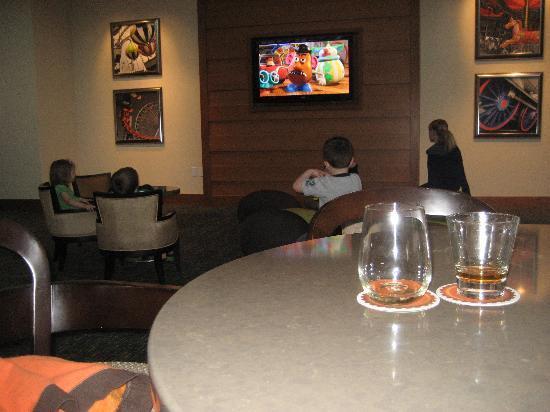 Hyatt Regency Orange County: Bar with kids area right near surrounding tables