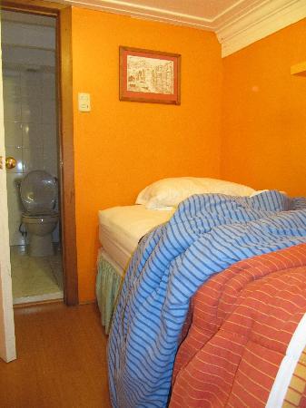 Hotel Da Vinci Valparaiso: twin bed on upper level