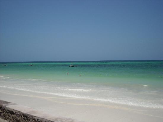 Galu Beach, Kenya: spiaggia davanti al villaggio