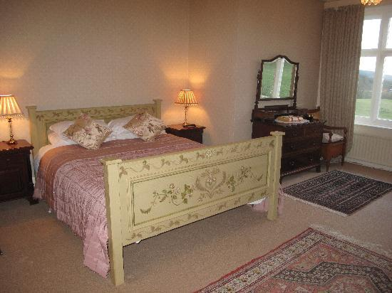 Ffrwdfal Country House: Bedroom 1 : Bee room. Kingsize and single beds. Ensuite bathroom with bath only. View down valle