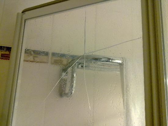 Life Resort Loipersdorf: damaged shower
