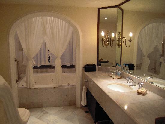 Casa Velas: The bathroom!!