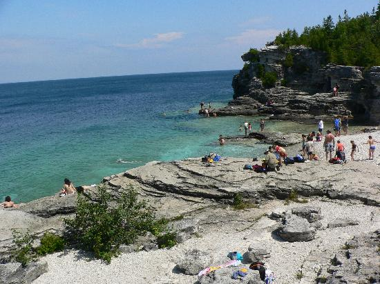 Bruce Peninsula National Park : The Grotto (looking south along its shore).