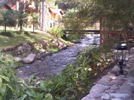Valle Escondido Resort Golf & Spa: bonito río en la zona del desayuno