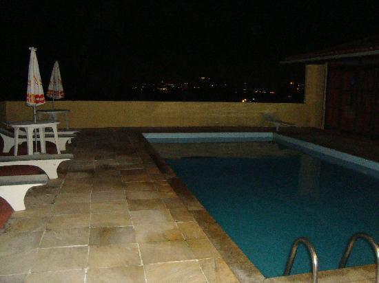 Nova Villa Tortuga: pileta el del hotel de noche
