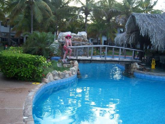 Pueblo Caribe Hotel: una de las picinas del hotel con jacuzzi