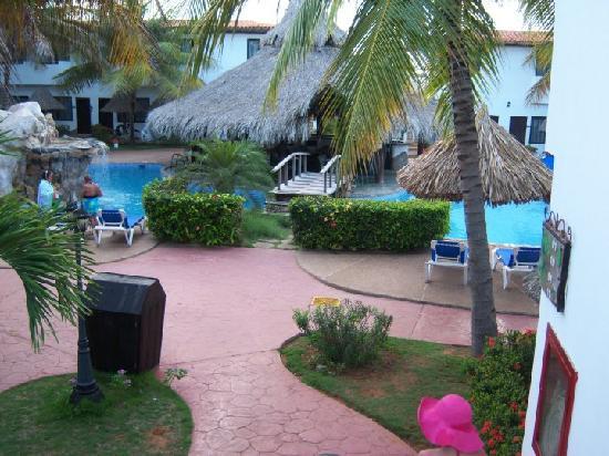 Pueblo Caribe Hotel : area de jardin y picinas