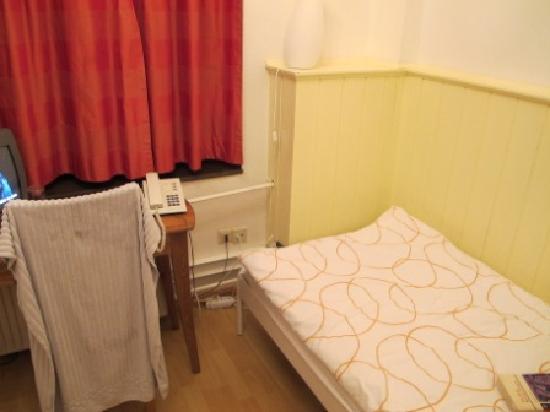 Hotel Im Kupferkessel: Compact bedroom