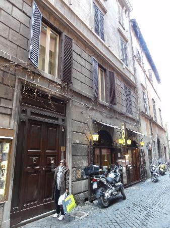 بالداسيني: Baldassini huge entrance door on a narrow street close to Piazza Navona