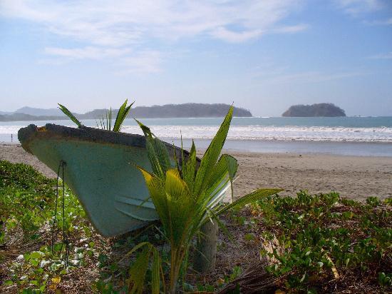 Casa Verano: Rustic old boat on the beach