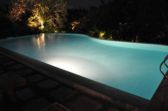 Amarela Resort: Pool at night
