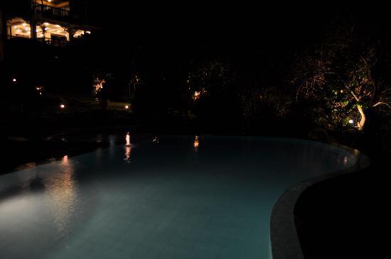 Amarela Resort: Pool at night