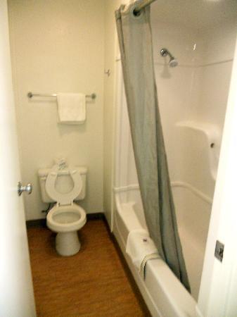 Motel 6 College Station - Bryan: Narrow bathroom