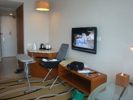 The Zenith Hotel, Kuantan: TV + entrance foyer & minibar area