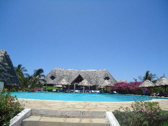 Karibuni Villas: il tembo bar e la piscina centrale