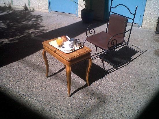 Toulousain Hotel: breakfast at sun