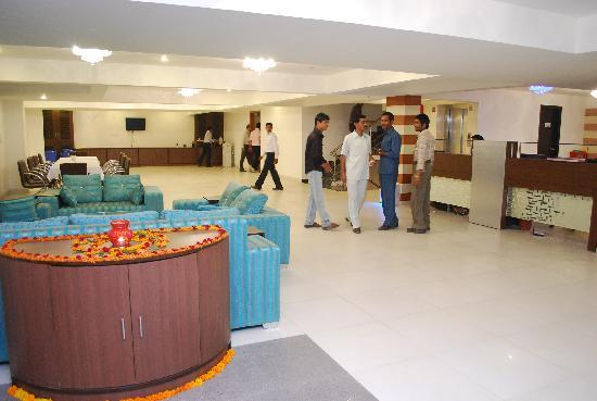 Dwarka Palace: Hotel Entrance Lounge