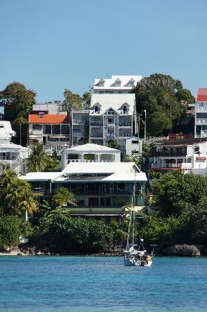 Residence Turquoise: Hôtel Turquoise vu depuis l'Ile du Gosier. Au second plan, a droite du toit orange