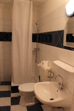 Revesz Hotel: Baño