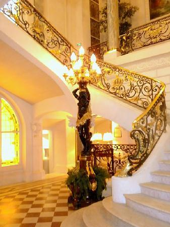 Shangri-La Hotel Paris: Grand Staircase