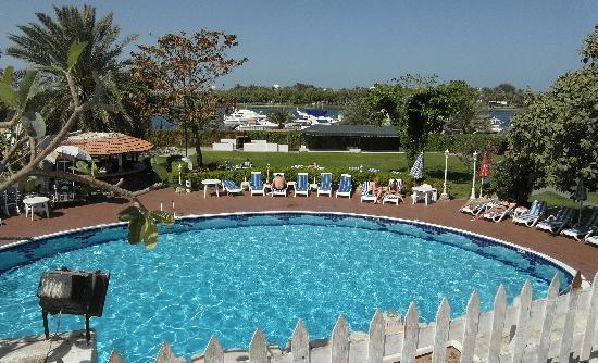 Marbella Resort : Pool im Grünen mit freier Aussicht
