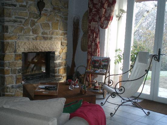 Le Clos Gaxen: Un coin chaleureux près de la cheminée.