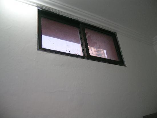 Hotel Charlotte : ventanuco no practicable en el baño