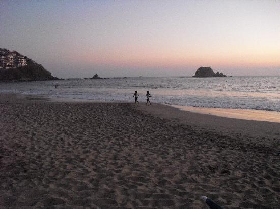 Barcelo Ixtapa Beach: The beach looking South