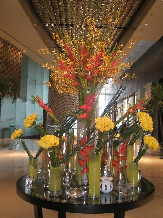InterContinental Dubai Festival City: Beautiful flowers in the Lobby