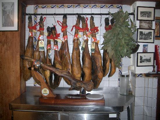 Bar El Estrecho: Los jamones de Jabugo Pata negra