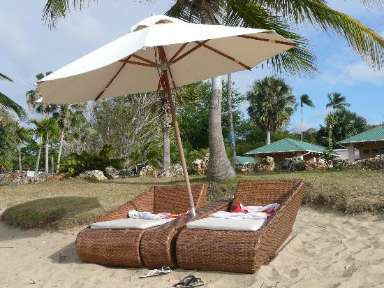 Villa Montana Beach Resort: Lounge set up at the beach