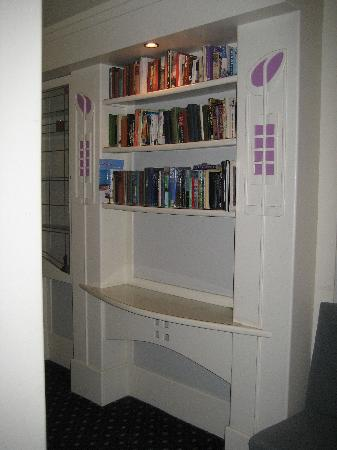 Rennie Mackintosh Art School Hotel: bookcase