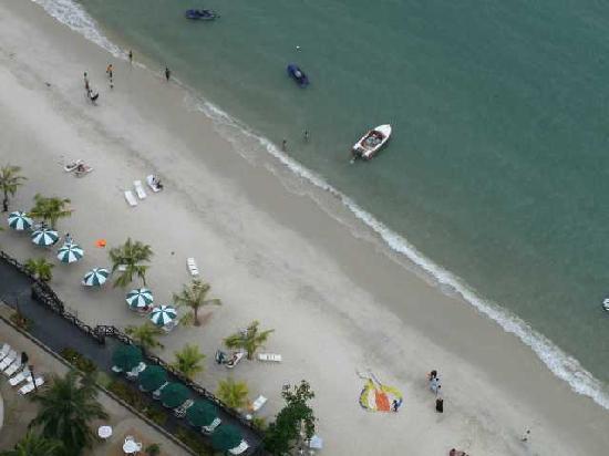 เรนโบว์ พาราไดซ์ บีช รีสอร์ท: Beach by hotel