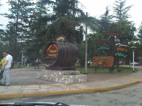 Villa General Belgrano, Argentina: Eingang ins Dorf - Bierfass zum Anfassen