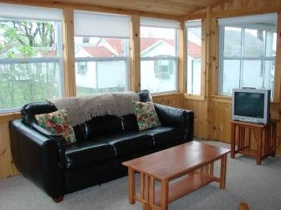 New Harbor View Cottages: Living Room