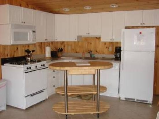 New Harbor View Cottages: Spacious Kitchen