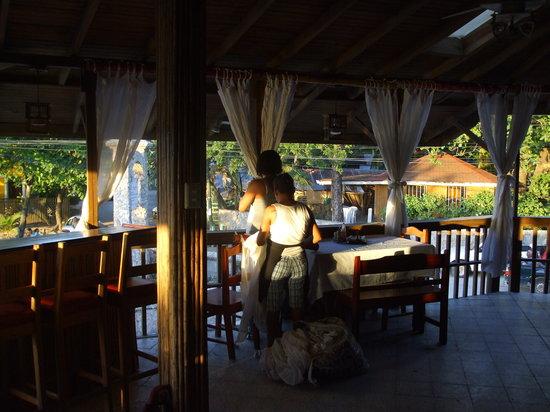 Coconut Tree Restaurant: Dinning room w/ Ocean view