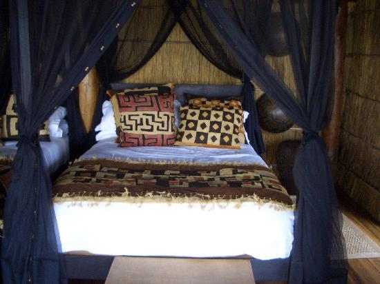 Chamilandu Bushcamp - The Bushcamp Company: Four poster bed