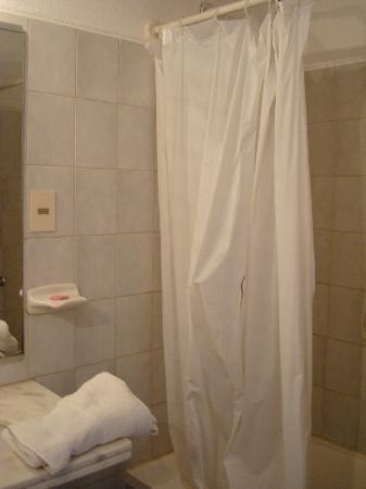 Hotel Palma de Mallorca: cortina de baño con agujero