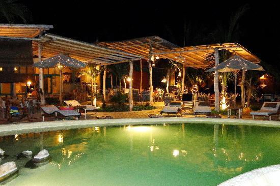 La Posada de los Tumpis: vista nocturna de la piscina