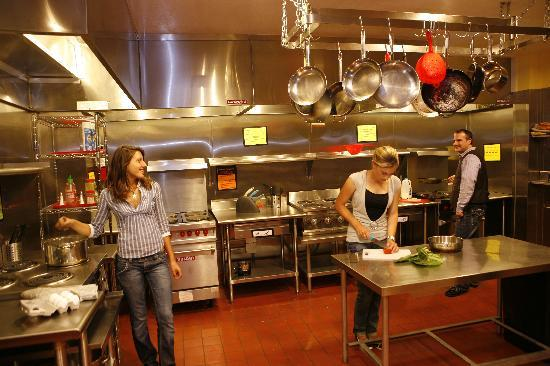 USA Hostels San Francisco : Our fully equipped guest kitchen has 8 cooking stations.