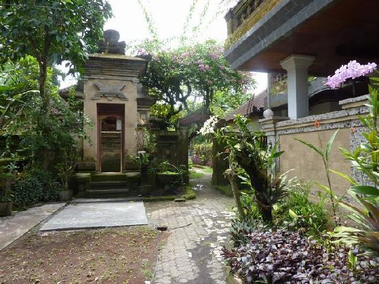 Oka Kartini Bungalow: quiet gardens entry to home stay rooms and pool