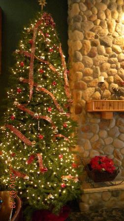 AmericInn Lodge & Suites Stuart : Hotel Lobby on Christmas Eve