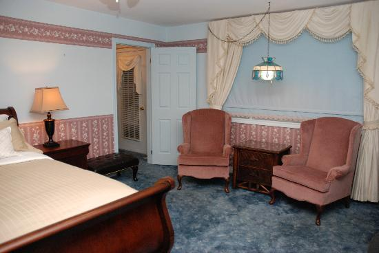 Bruce Manor: Cherry Suite sitting area