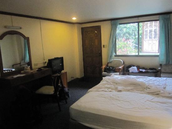 Phra Arthit Mansion: Zimmer Richtung Tür